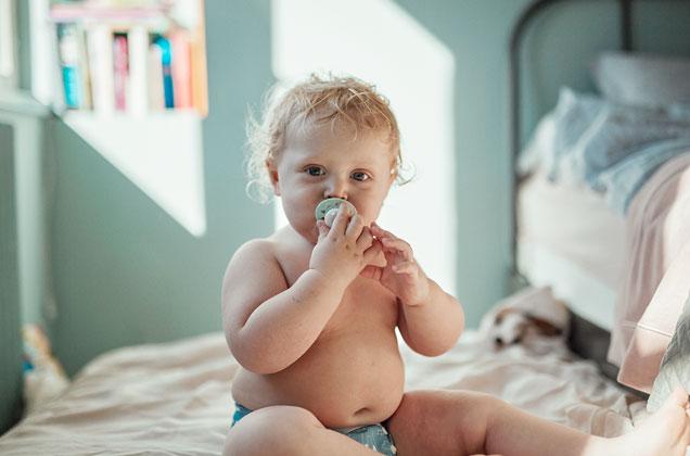 Bebis som sitter i bloja med Esskanapp